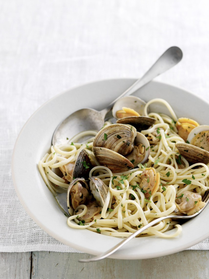 food stylist in San Francisco - Linguine and Clams forThe Pasta Book cookbook - Weldon Owen by Julia Della Croce, photographed by Ray Katchatorian photographer